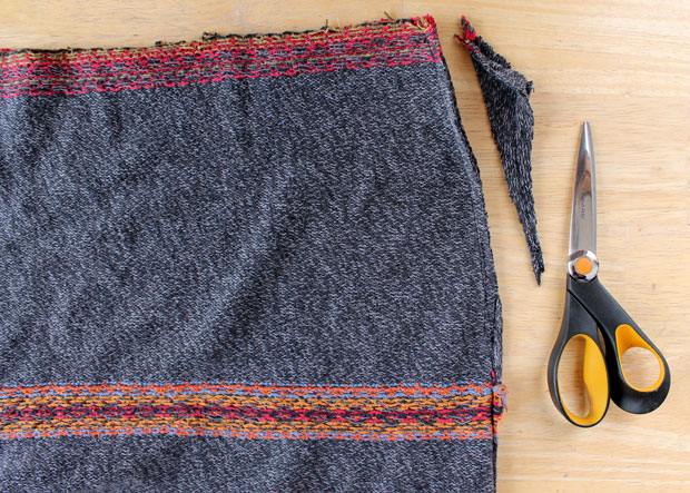обрезание места проймы для рукавов, чтобы юбка была ровной