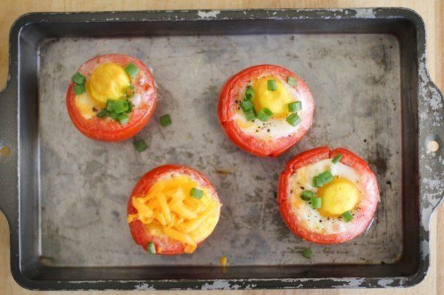 Как выглядит Топ-10 рецептов самых здоровых (и вкусных) завтраков: Запеченные в помидорах яйца