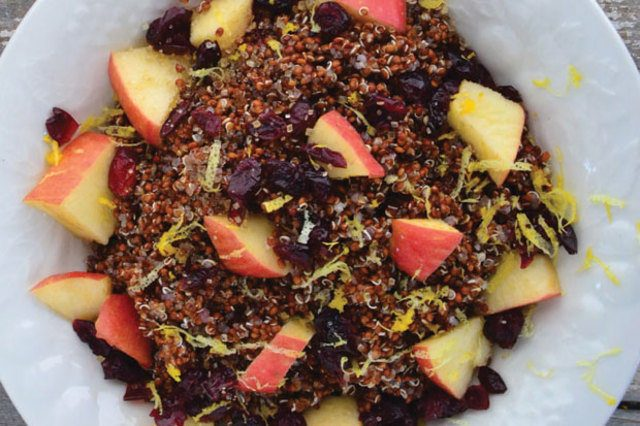 Как выглядит Топ-10 рецептов самых здоровых (и вкусных) завтраков: Цитрусово-яблочная каша из квиноа
