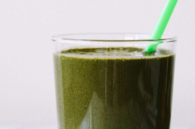 Как выглядит Топ-10 рецептов самых здоровых (и вкусных) завтраков – Питательный капустно-голубичный смузи