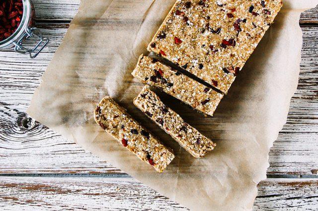 Как выглядит Топ-10 рецептов самых здоровых (и вкусных) завтраков – Овсяные батончики с какао и ягодами Годжи