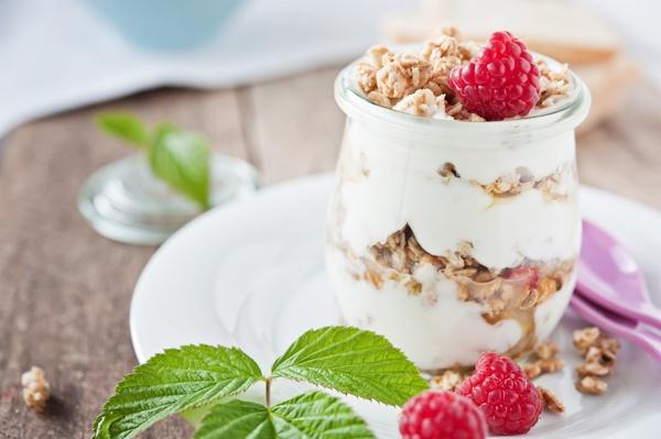 Здоровый и сытный завтрак: йогурт с орехами и малиной. К нему стоит добавить как минимум  яйца.