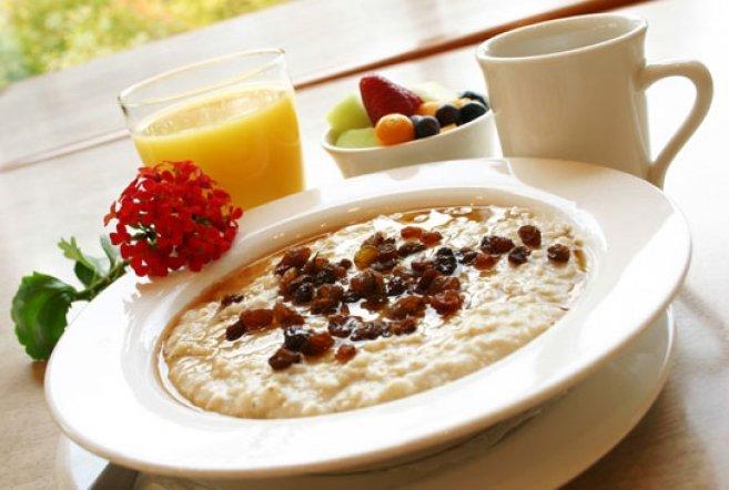 здоровый и сытный завтрак: каша с изюмом, сок