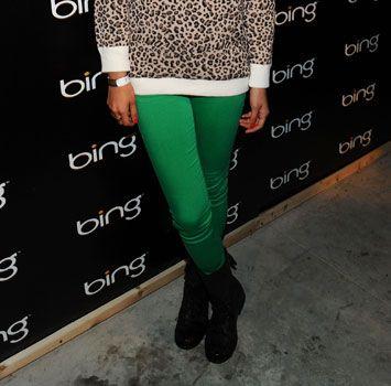 Зеленые узкие брюки смотрятся прекрасно в сочетании с нейтральными принтами (на снимке не слишком яркий леопардовый топ).