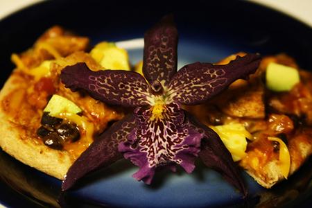 Во многих культурах цветы – допустимые украшения блюд