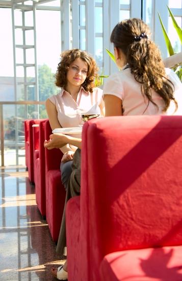 Встречу так же оптимально начинать в приятной обстановке за непринужденной беседой, например, в кафе