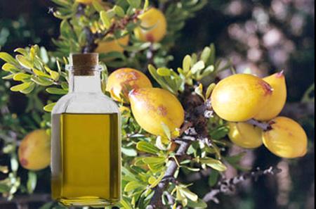 аргановое масло оказывает благотворный эффект на регулирование выработки кожного сала, что приводит к улучшению состояния кожи
