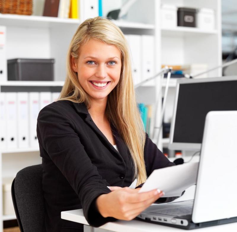 красивая деушка блондинка секретарь за рабочим столом и компьютером