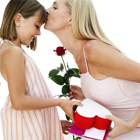 Цветы, парфюм (если вы точно знаете марку и название), конфеты – это всегда отличный вариант, но на каждый праздник одним и тем же не обойдешься