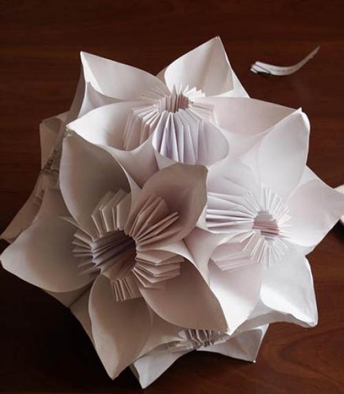 Самый простой способ соединить наши полученные из бумаги цветы,это склеить обычным клеем-карандашом пва( или синтетический)