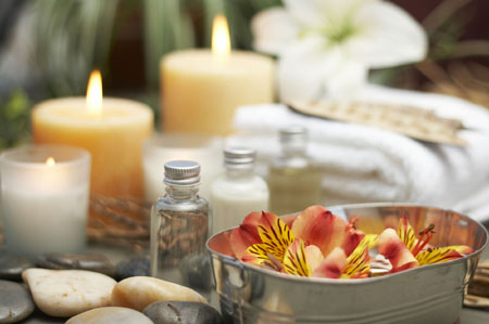 Не забудьте, что в хорошем салоне массаж наверняка будет сопровождаться приглушенным светом, приятной музыкой и ароматерапией, что поможет вам быстрее расслабиться и усилит эффект от процедуры
