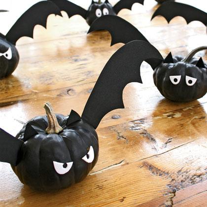 Эти летучие мышки великолепно будут смотреться в любой выбранной вами зловещей сценке для украшения помещения