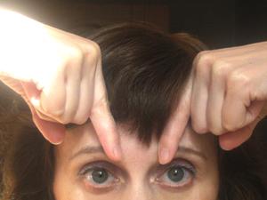 Используйте подушечки своих указательных пальцев, чтобы нажать под костным гребнем у внутренней кромки ваших бровей