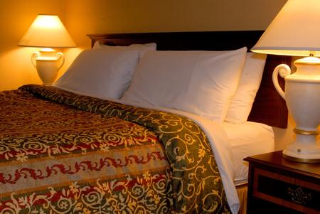 Лампы с каждой стороны кровати обязательны