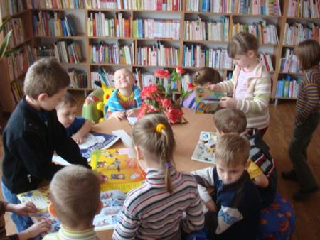 Купите ребенку абонемент в местную детскую/юношескую библиотеку