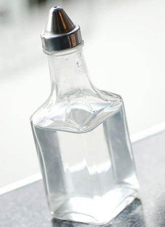 заполните резервуар одной частью белого уксуса на две части воды