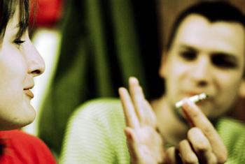 лучше просто отказаться от предложенной сигареты