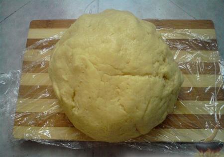 Разделите тесто на четыре порции, покройте каждую из них пластиковой пищевой пленкой