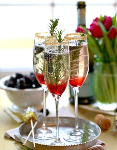 Как приготовить праздничные коктейли на основе шампанского
