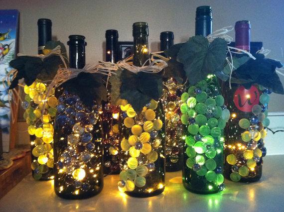 вариант декорирования бутылки-светильника наклеиванием прозрачной искусственной слюды