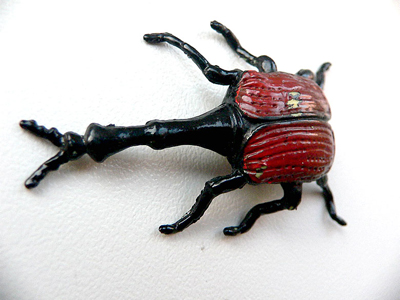 Не забудьте о всевозможных реалистичных пластиковых и резиновых жуках