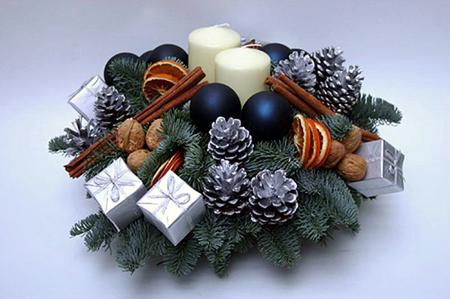 Если таковых не предполагается, в центр полки или немного сбоку помещается новогодняя композиция-ваза.