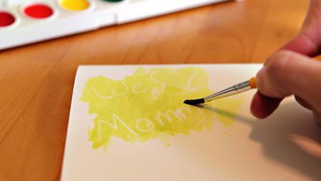 Берите кисточку (или даже «вооружитесь» собственным пальцем – удачное решение, если рисует ребенок) и погружайте в воду и краску