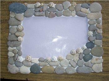 рамка для фотографии, выложенная плоскими голышами камешками