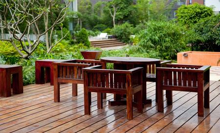 Деревянная садовая мебель смотрится не в пример благороднее пластиковой