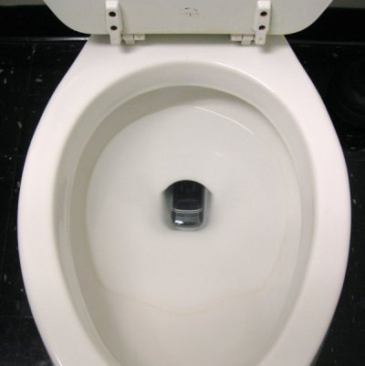 Если ваш телефон выпадает из кармана или из руки в туалет – не паникуйте