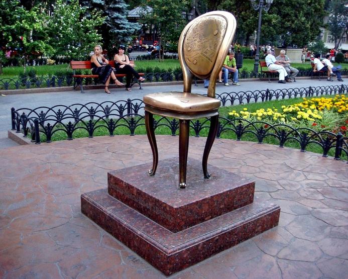 """памятник стулу, за которым охотился великий комбинатор, Остап Бендер из """"12 стульев"""""""