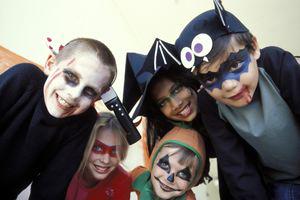 Мрачноватый костюм в сочетании с наводящим ужас бледным болезненным лицом – лучший вариант страшного костюма
