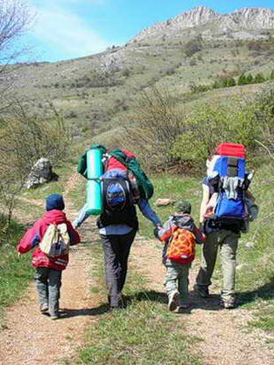 Каждому ребенку можно выдать собственный маленький рюкзачок с вещами первой необходимости