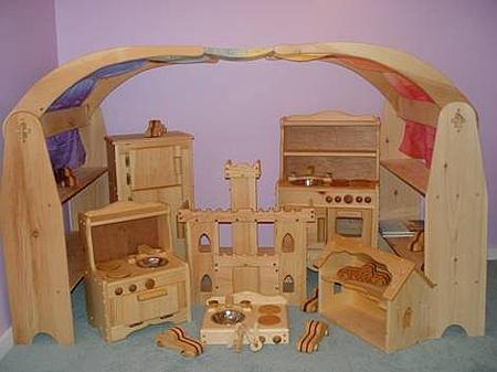 например, деревянный кукольный домик с настоящими тканями и металлическими элементами принесет гораздо больше пользы для развития фантазии и мышления