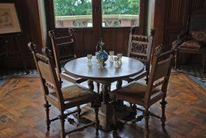 Если перед вами антикварная мебель, пораженная плесенью, лучше всего связаться со специалистом