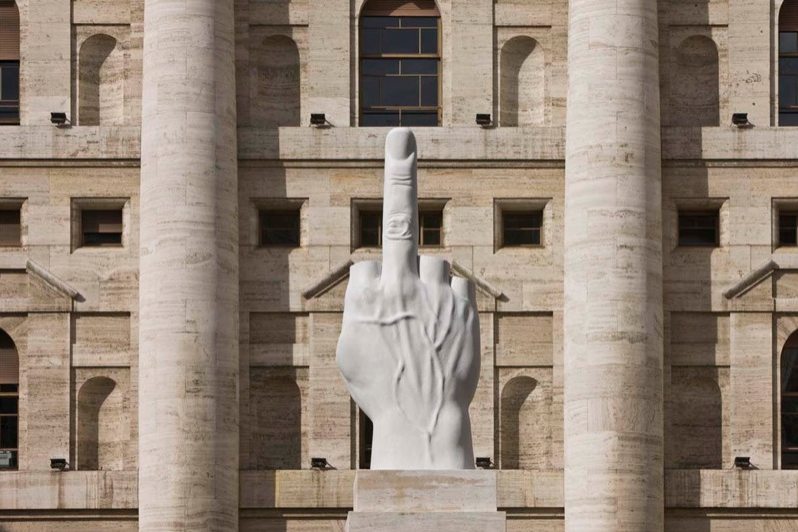 скульптура среднего пальца перед фондовой биржей в Милане. L.O.V.E.