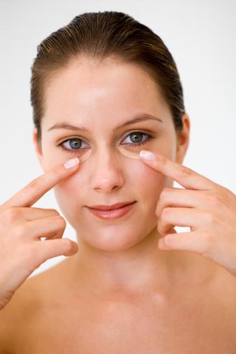 Хорошие крема для маскировки дефектов – специально под глаза – скроют темные круги, уменьшат проявления синевы, смогут деликатно ухаживать за кожей в течение дня