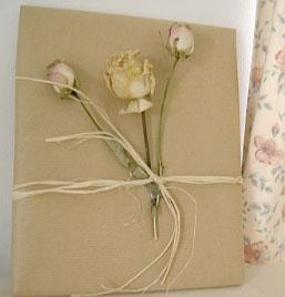 Иногда нужно всего пару цветков и лента