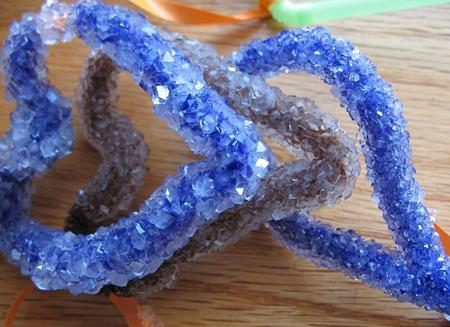 под конец указанного периода времени вы увидите, как вокруг объекта из проволоки на конце веревки сформировались кристаллы