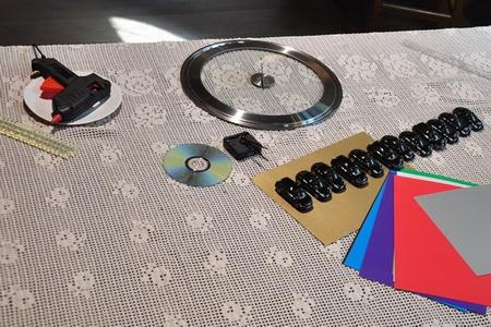 Как украсить детскую комнату для мальчика: часы с машинками