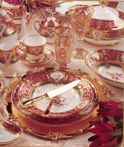 Как вариант, это могут быть тарелки с красной/бордовой/малиновой канвой с орнаментом