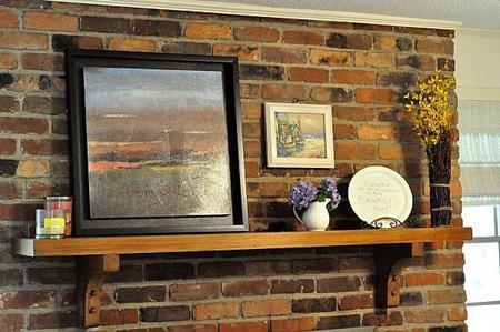 Поставьте крупные картины на полки и прислоните к стене