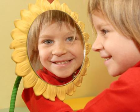 Сядьте с ребенком перед зеркалом