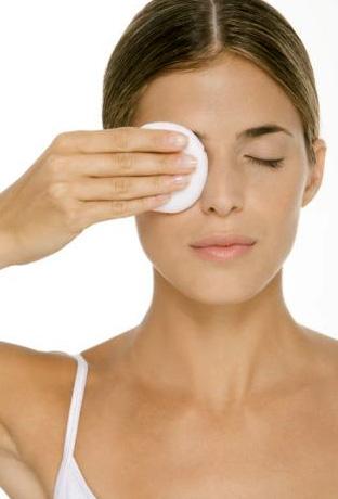 Снятие макияжа с области глаз