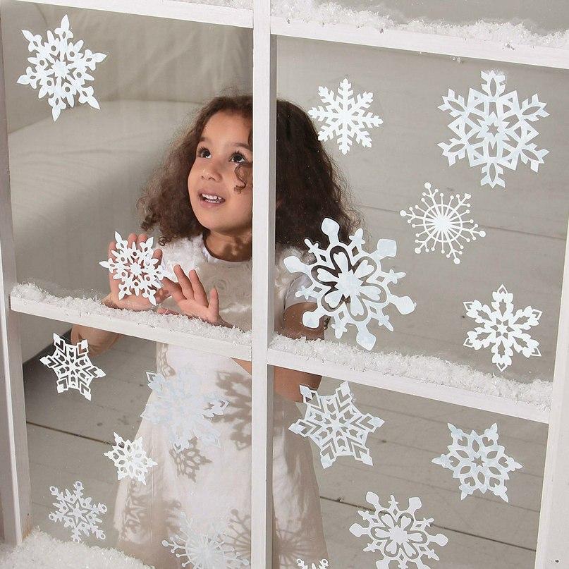 Новогоднюю снежинка на окне
