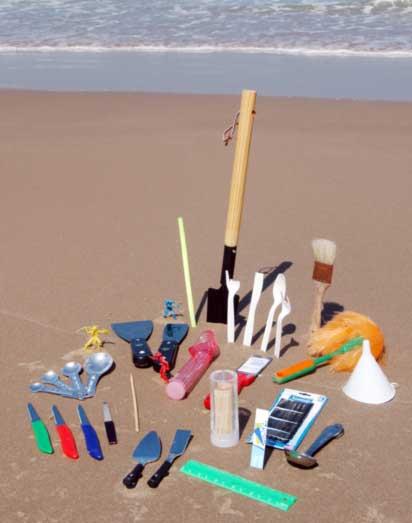 самостоятельно собранный комплект приспособлений для строительства песочных замков