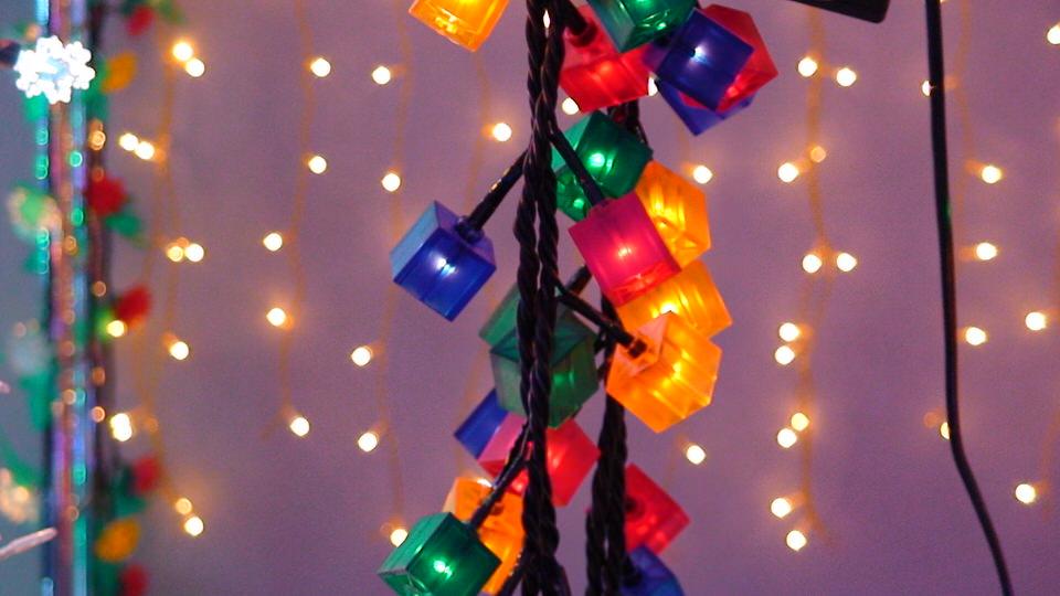 Как помочь ребенку интересно нарядить новогоднюю елку?