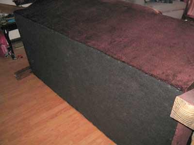 Закреплять материал следует под низом дивана, на раме (загнув ткань), при помощи мебельного степлера