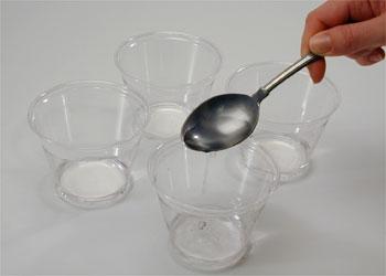 Залейте по три столовых ложки белого уксуса в каждую чашку