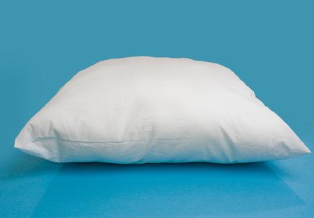 Если постоянно спите на спине, покупайте среднежесткую и среднюю по высоте подушку